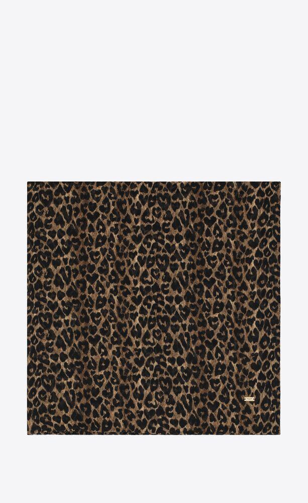 großer quadratischer schal aus wolltwill mit herzförmigem leoparden-print