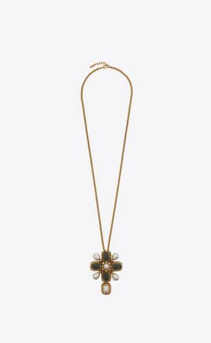 collar con charm de cruz barroca en metal y perlas