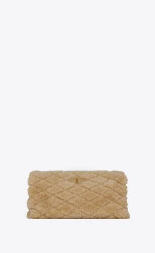 cartera de mano tipo sobre sade puffer de piel de cordero y piel de borrego merino