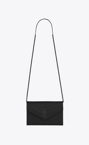 umschlag-portemonnaie mit kette aus schwarzem matelassé-leder mit struktur