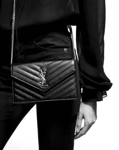 파우더 그랑 드 뿌드르 텍스처드 마틀라세 가죽 소재의 모노그램 생 로랑 엔벨로프 체인 지갑