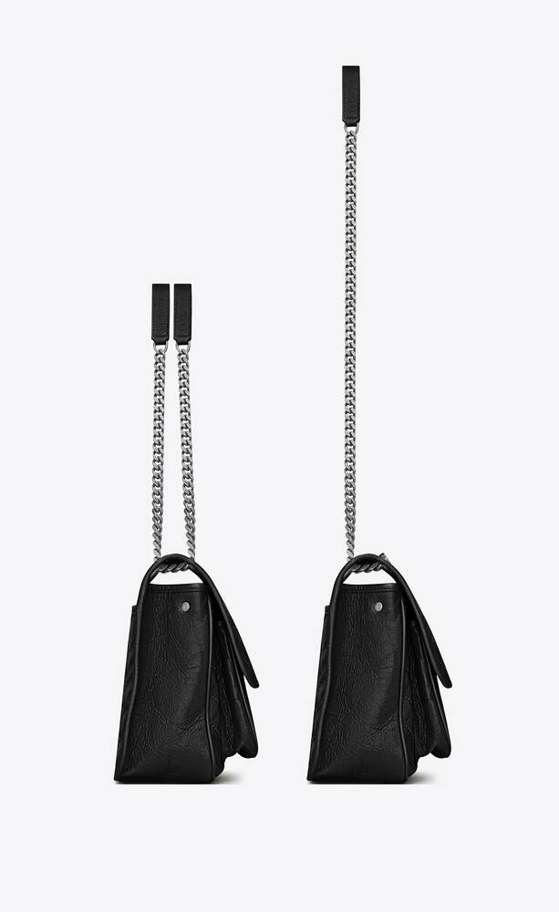 mittlere niki chain bag aus geknittertem und gestepptem sturmgrauem leder