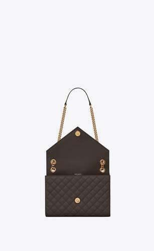 mittelgroße umschlagtasche aus schwarzem leder mit nähten und struktur