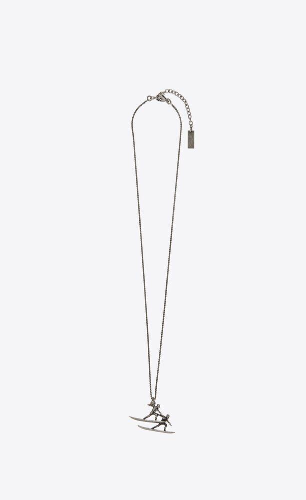 collar de metal con doble colgante con motivo surfero