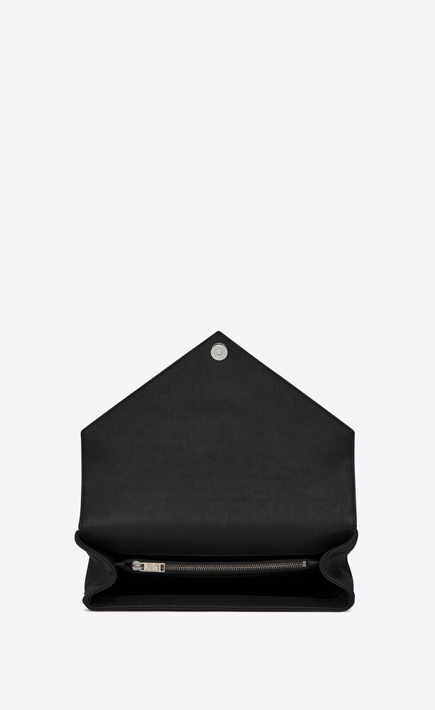 große tasche mit kette aus schwarzem matelassé-leder