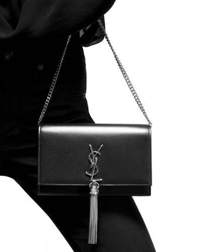 가죽 태슬 디테일의 크로커다일 무늬가 새겨진 샤이니 가죽 소재 케이트 체인 지갑