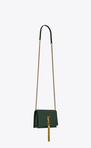 kate portemonnaie mit kette und troddel aus glänzendem leder mit kroko-prägung