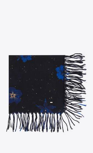 großer, quadratischer fransenschal aus woll-etamin mit konfetti-hibiskus-motiv
