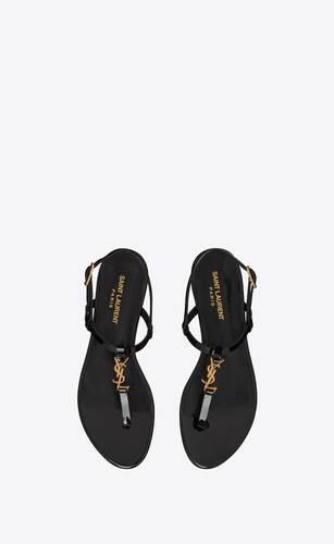 flache cassandra sandalen aus lackleder mit goldfarbenem monogramm