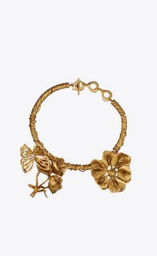 collar enrollado de metal y cristales con charms de flor y mariposa