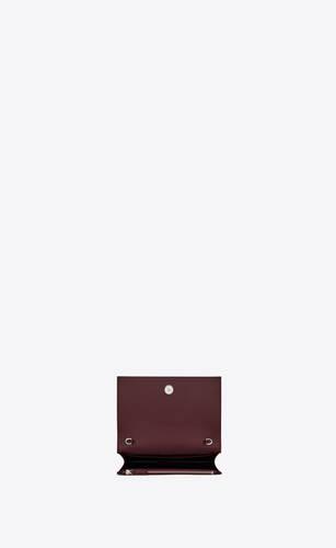 kate chain wallet avec pompon en cuir brillant embossé crocodile