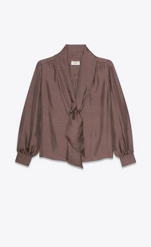 blusa con lazada lavallière y cuello en v de twill de seda con motivo de escamas