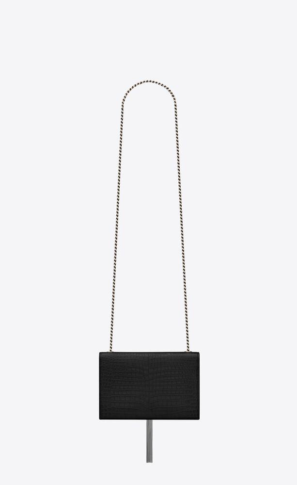 kleine kate chain bag aus schwarzem glanzleder mit krokodillederprägung, kette und quaste