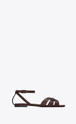 flache tribute sandalen aus glänzendem leder mit krokoprägung