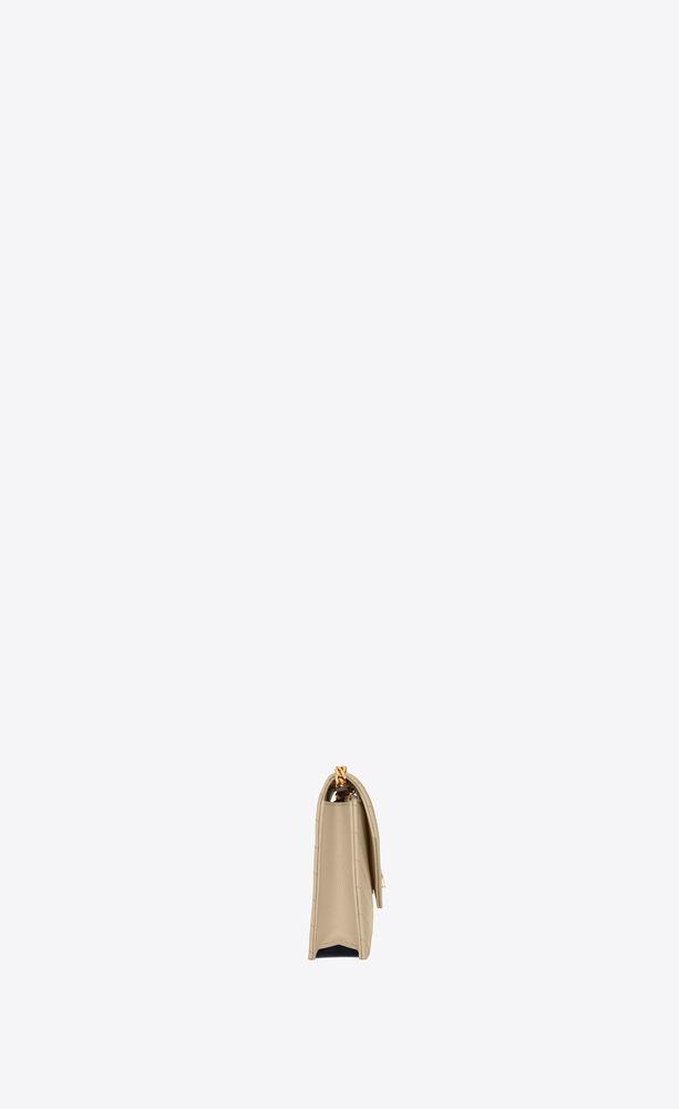 umschlag-portemonnaie mit kette aus puderfarbenem matelassé-leder mit struktur