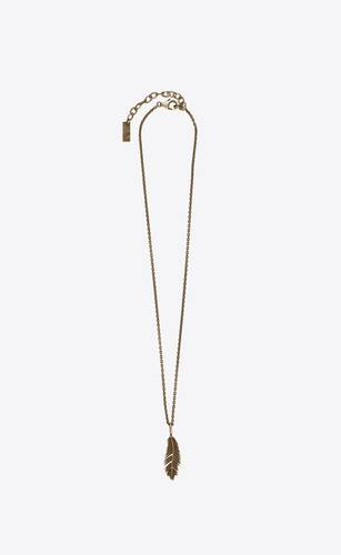 collar de metal con colgante de hoja de palmera