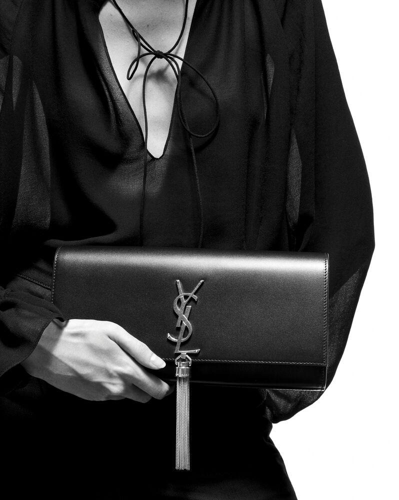 블랙 가죽 소재의 클래식 모노그램 생 로랑 테슬 클러치